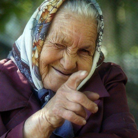 В маршрутке старушка долго и пристально смотрела на жующего жвачку мальчика...
